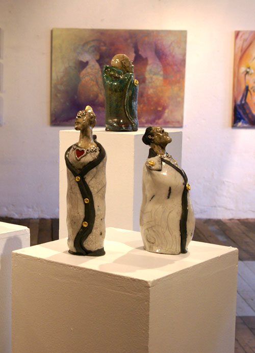 Noen av Tors figurer i raku-keramikk.